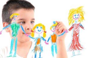 niño pintando familia